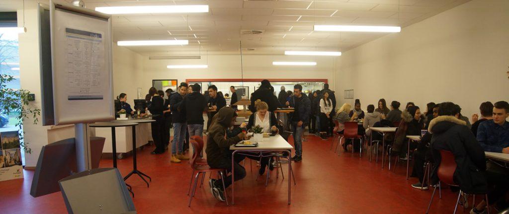 Die Cafeteria der BS11 zur Mittagszeit