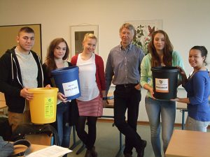 Steffanie Kämpf und Nils Kohlmann leiten das Team W.I.R.-Team 2015. Engagierte SchülerInnen helfen fleißig mit.