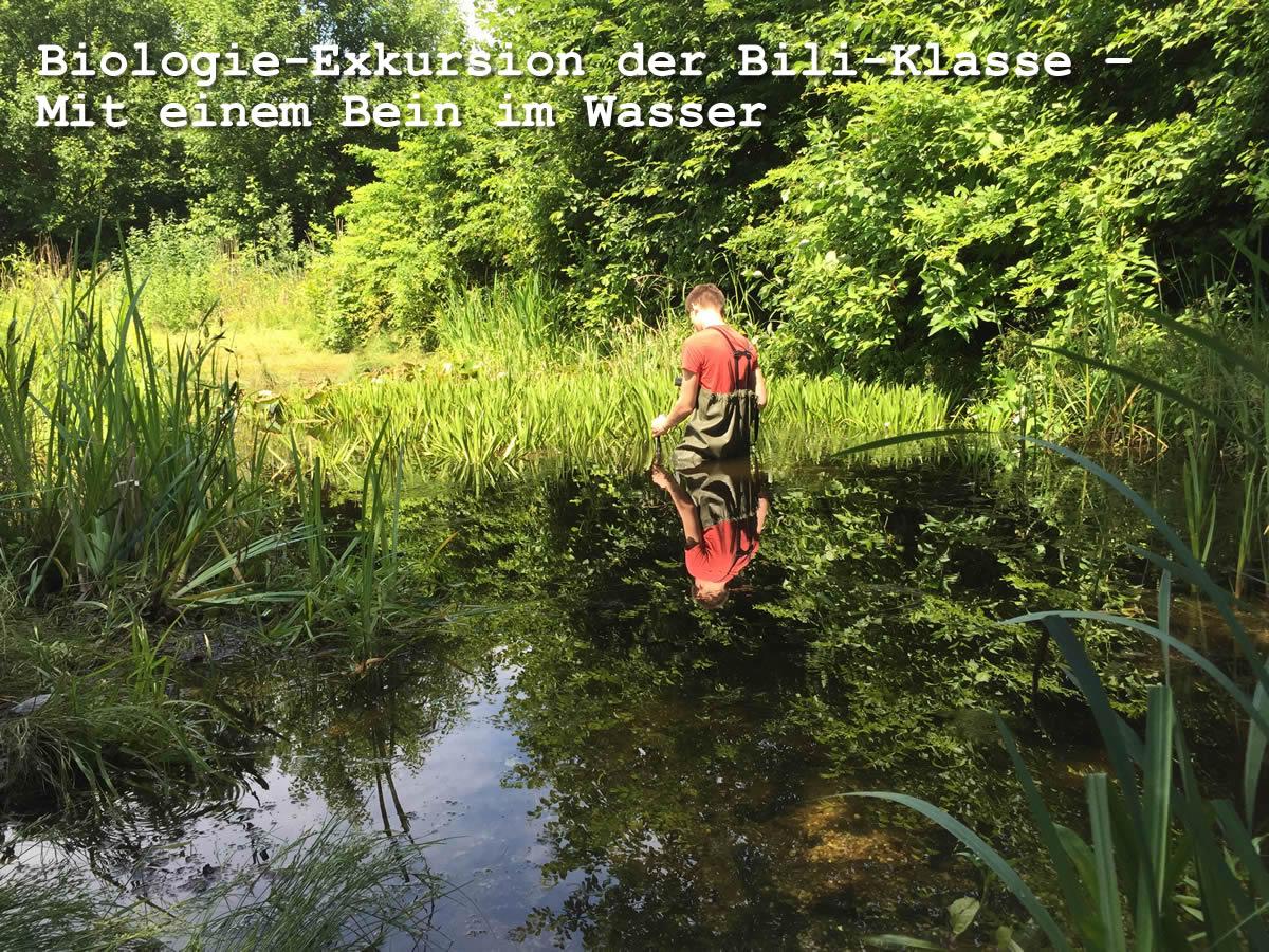 Konstantin bei der Gewässerprobe
