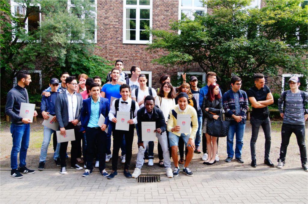 Stolze Schüler mit ihren Zertifikaten