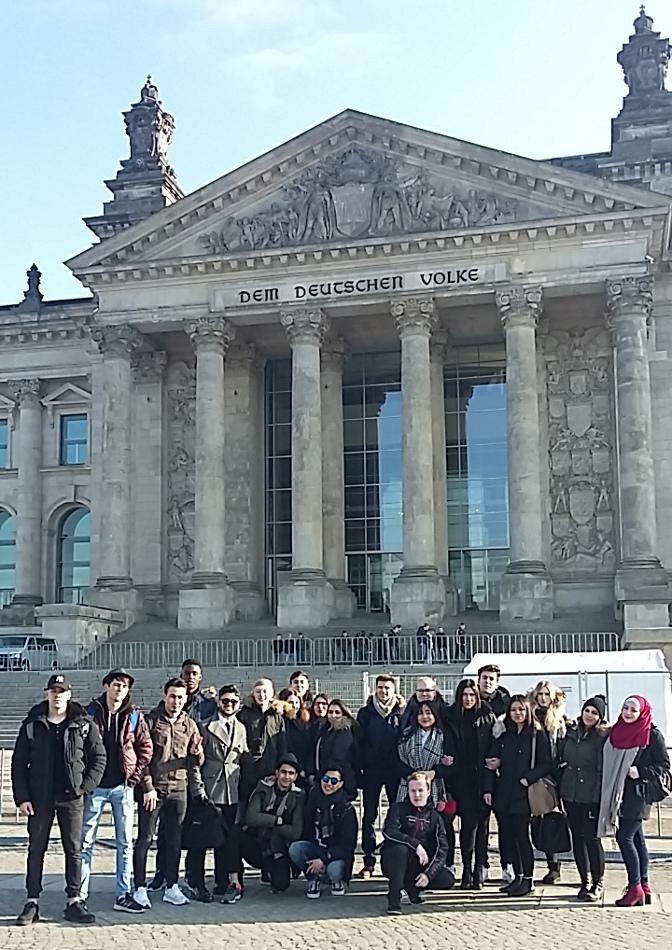 Gruppenbild vor dem Bundestag